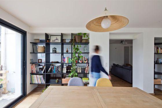 Archibien projet rénovation de maison à Nantes. Salle à manger semi ouverte sur le bureau.