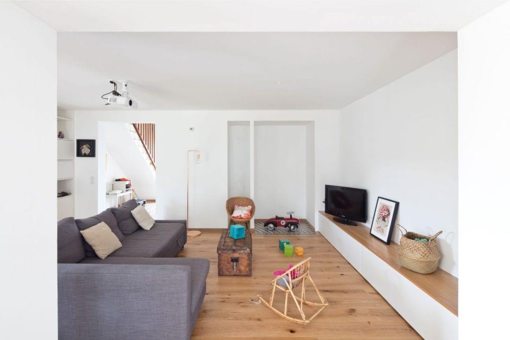 Archibien projet rénovation de maison à Nantes. Le salon neutre et adapté à la vie de famille.