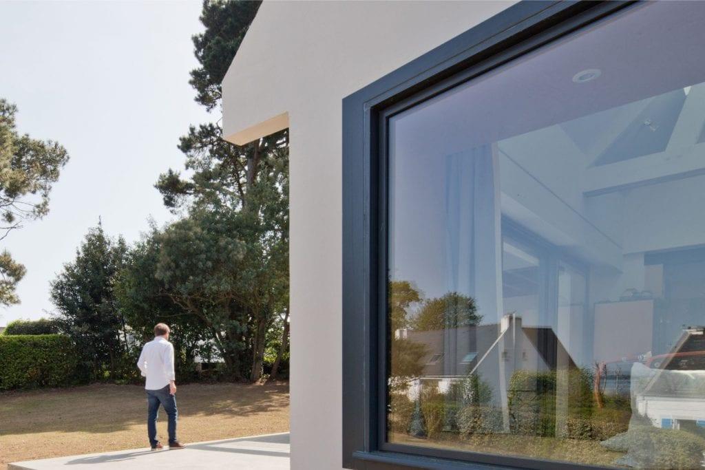 Rénovation et extension d'une maison secondaire vue de l'extérieure projet Archibien avec sa baie vitrée
