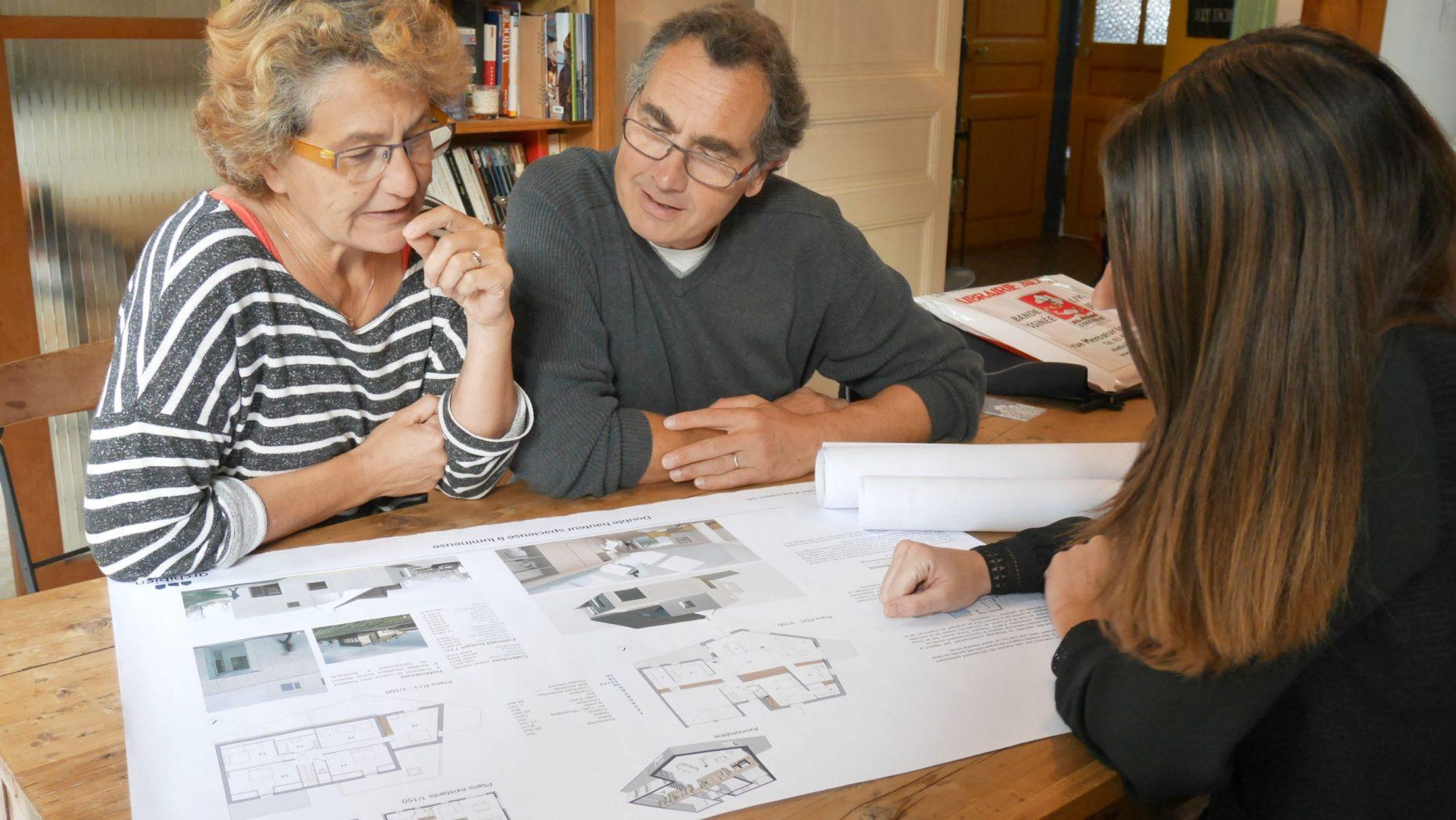 Photo d'une couple en train de trouver le bon architecte