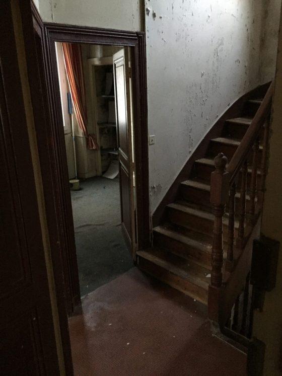 Escalier d'un hall d'immeuble en mauvaise état