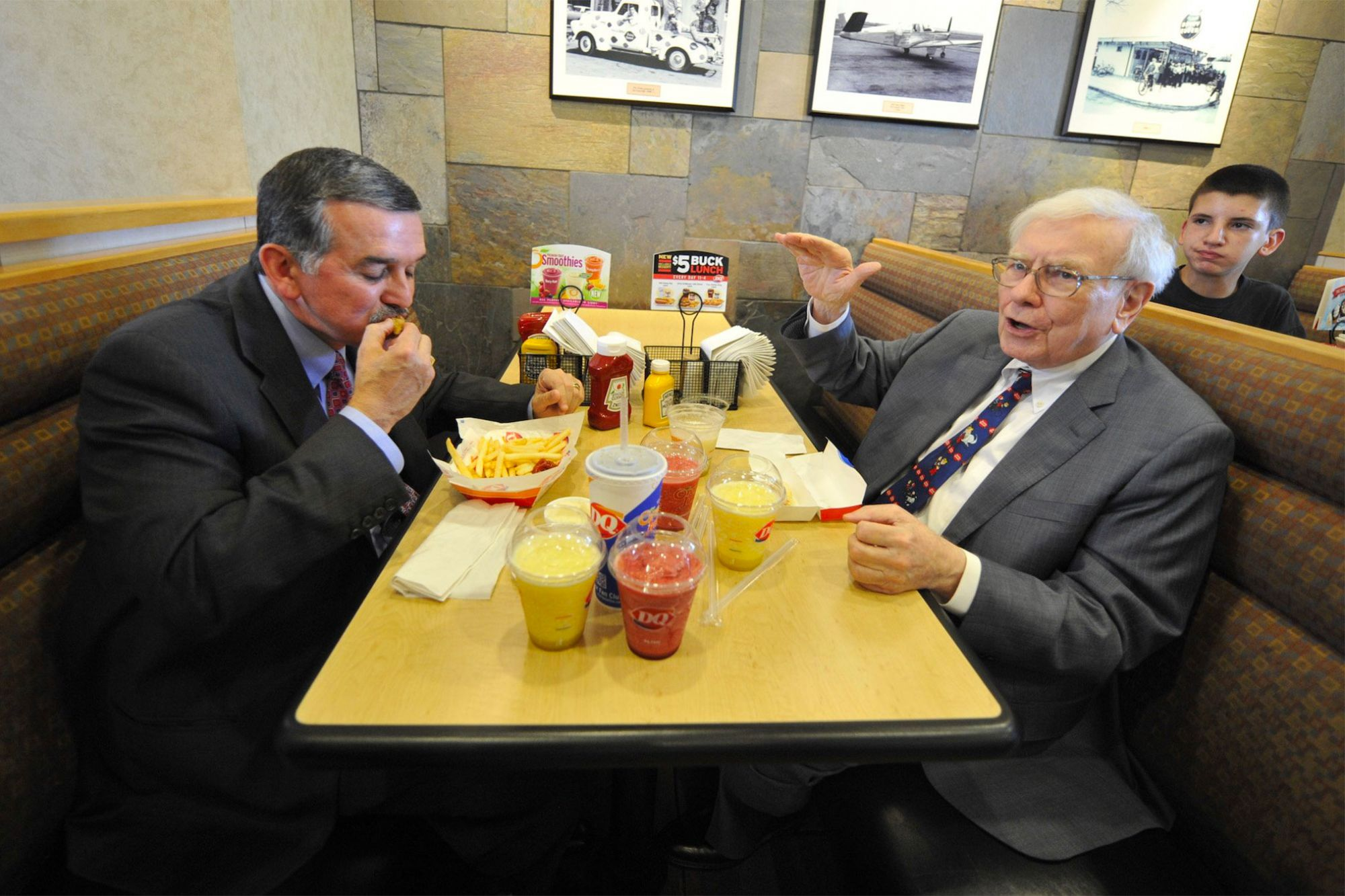 Someone Just Paid a Record $4.6 Million to Eat Lunch With Warren Buffett
