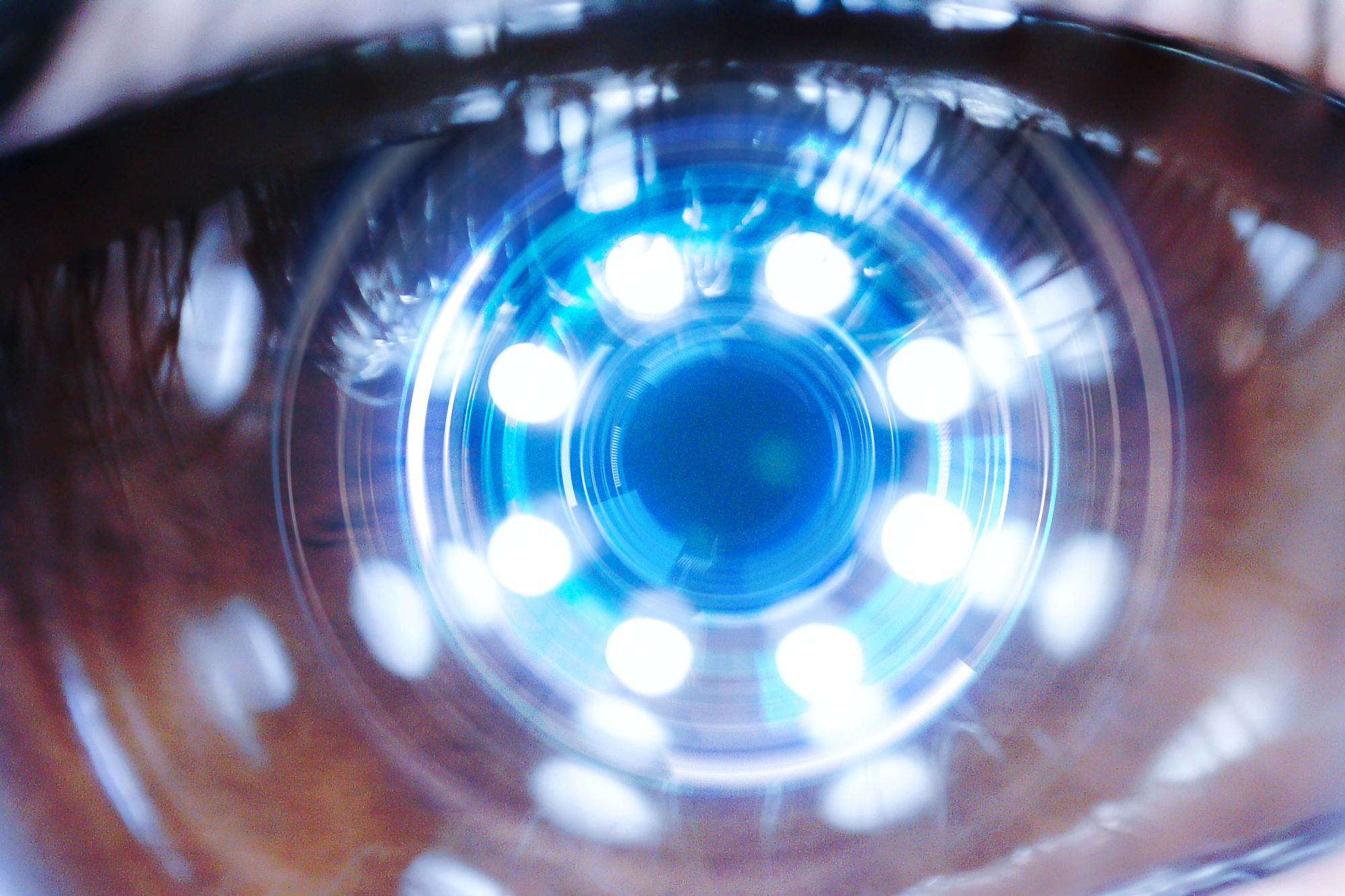 Contact Lens Prototype Zooms in When You Blink Twice