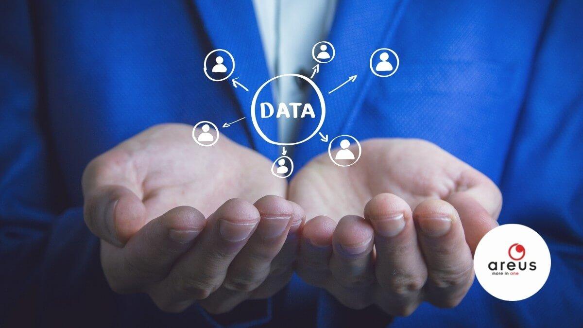 Képzeletbeli adatvezérelt vállalatot tart kezében egy emberi kéz