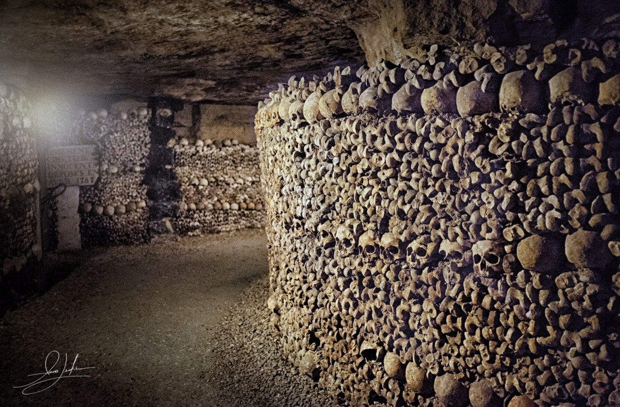Paris-catacombs-skull-lined-path