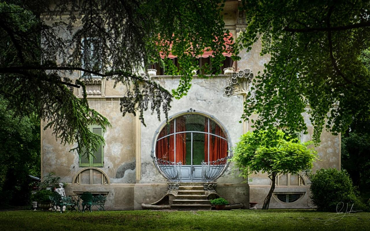 Ferrara Art-Deco House With Round Window