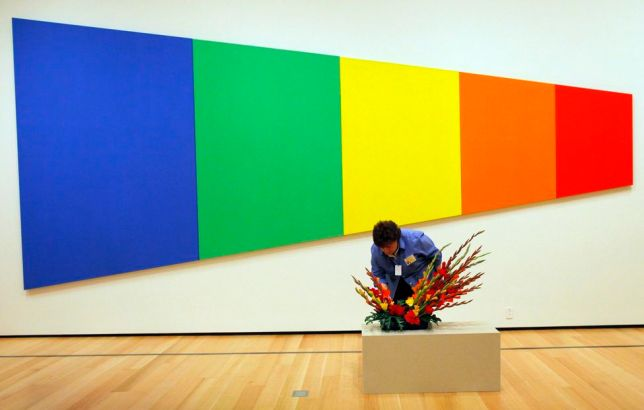 Minimalism, Un arrangement floral disposé devant «Blue Green Yellow Orange Red», 1968, Ellsworth Kelly