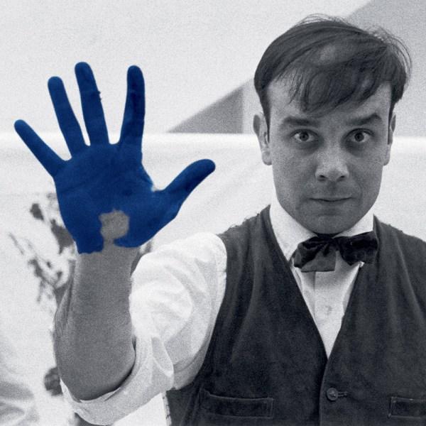 """Yves Klein durant le tournage du film """"The Heartbeat of France"""" dans l'atelier du photographe Charles Wilp, Düsseldorf, février 1961 © Photo Charles Wilp / BPK, Berlin"""
