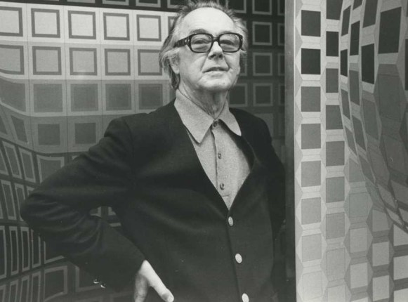 Photographie de Victor Vasarely devant ses oeuvres