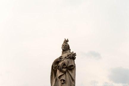 мраморная статуя Филиппа Бениция (голуби живые)