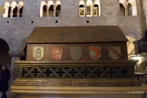 надгробие Вратислава I - основателя базилики и сына св. Людмилы.