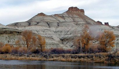 picture of Wyoming mountain and lake during the autumn