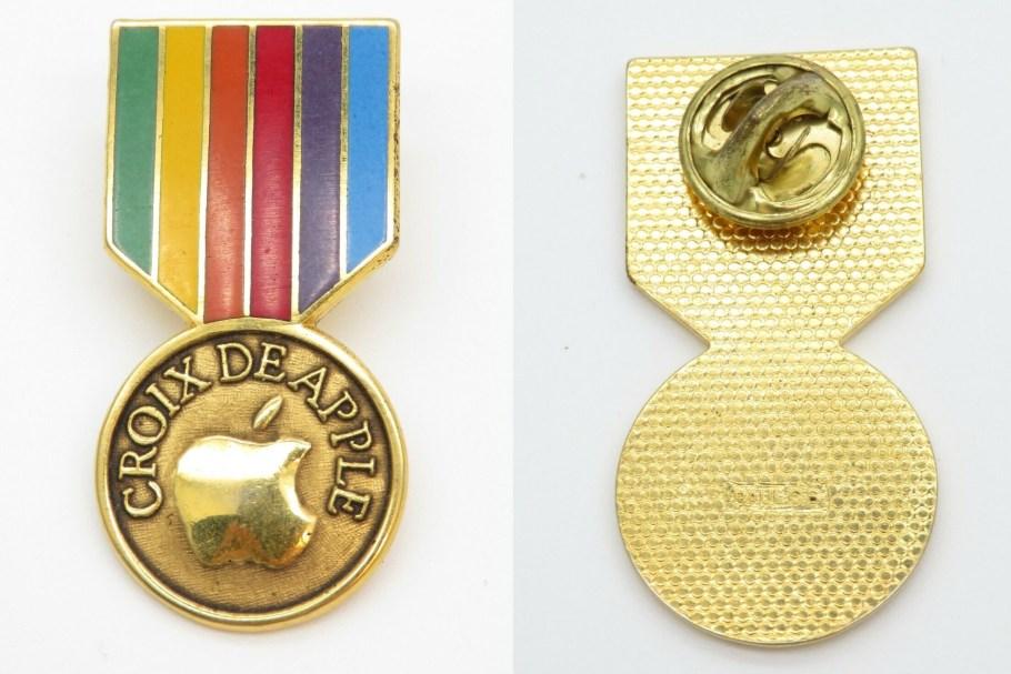 pin's employé apple badge Croix de Apple