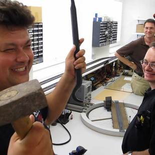 Hier zeigt der Chef mit welchen Präzionswerkzeugen bei KM1 gearbeitet wird.