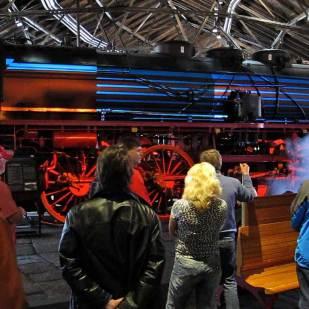 Darunter eine projezierte Demonstration des Dampfbetriebes.