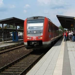 """Anschließend fuhren die Teilnehmer mit einem Triebwagen der Reihe 612 zur Bergstation der """"Schiefen Ebene""""."""