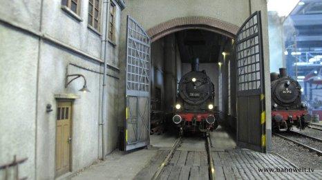 In diesem wird ein kleines Bahnbetriebswerk dargestellt.