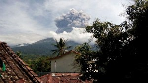 Volcano Erupts in Indonesia, Prompting Evacuation of Tourists