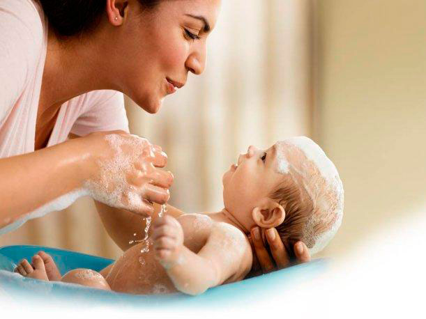 como bañar al bebe