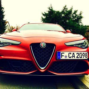 """Die Giulia gewinnt die Design Trophy 2016 des Fachmagazins AUTO ZEITUNG und das """"Goldene Lenkrad"""" 2016. Außerdem ist sie von der Vereinigung italienischer Automobil-Journalisten zum """"Auto des Jahres"""" in Italien gekürt worden - kein Wunder, mit diesem hübschen Gesicht..."""