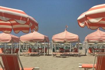 Strandurlaub in Italien... natürlich im Bagno. Italiens Küste ist reichlich mit Strandbädern bestückt, die teilweise zusätzlich über Pools verfügen. Für Sonnenschirm oder Zelt mit 2-4 Sonnenstühlen sollte man allerdings 50 euro pro Tag einkalkulieren.