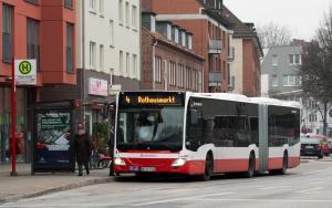 Bus hält an Haltestelle