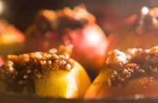 maçã assada com crocante de aveia