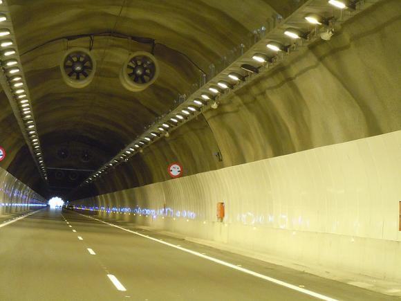 Proyector Inca, Autopista de Las Pedrizas AP46 - Alumbrado Público BENITO URBAN