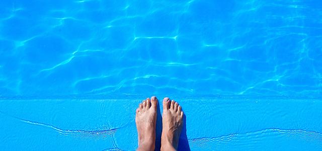 Adulte en bord de piscine
