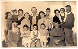 Arieh_L__Popik_with_his_wife,_parents,_children_and_grandchildren_in_1955