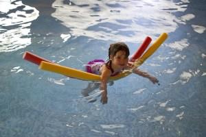 bambina piscina
