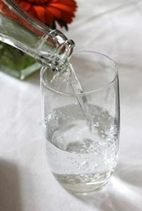 acqua bere bicchiere