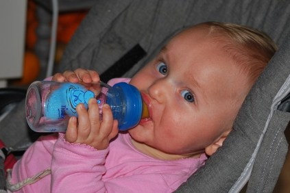 bambino beve troppo