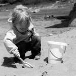 Il bambino che non gioca con gli altri. Come capire quando è un fattore dell'età o una manifestazione di difficoltà e come aiutare la sua socialità