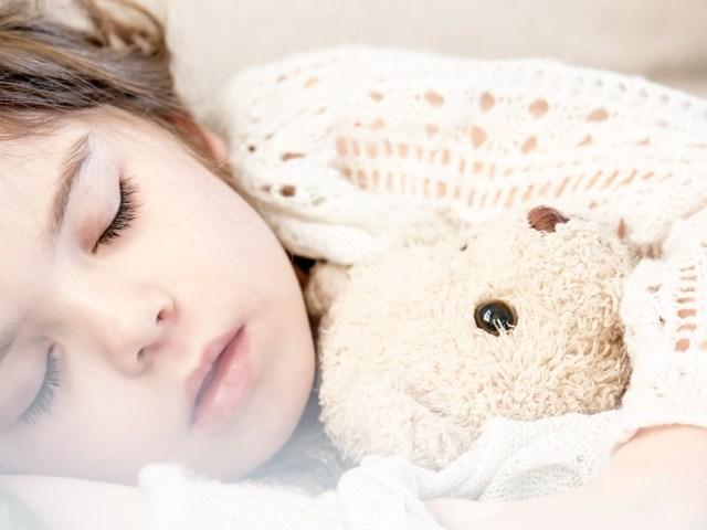 Bambini che dormono poco: i risvolti sullo stile di vita