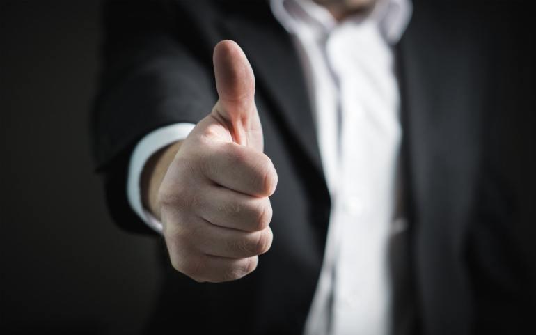 homem fazendo sinal de positivo com a sua mão, indicando a solução para clientes detratores