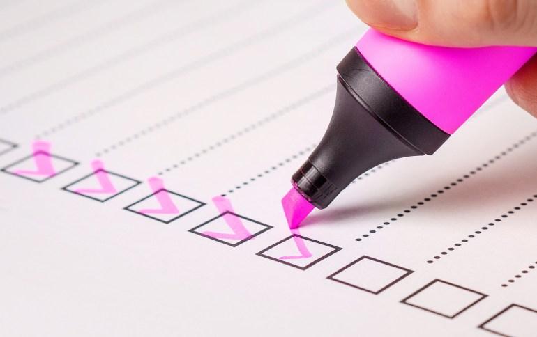 pessoa respondendo uma pesquisa de satisfação com caneta rosa