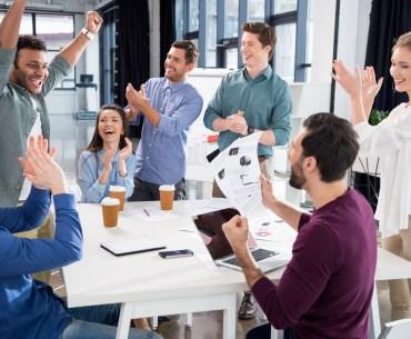Equipe motivada comemorando metas atingidas