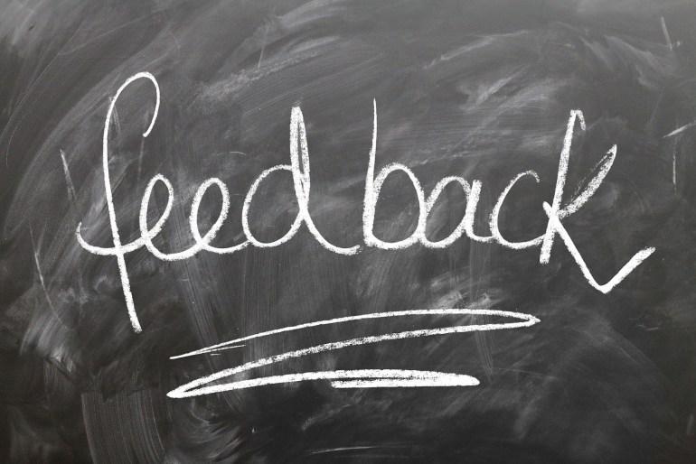 Quadro negro escrito a palavra feedback