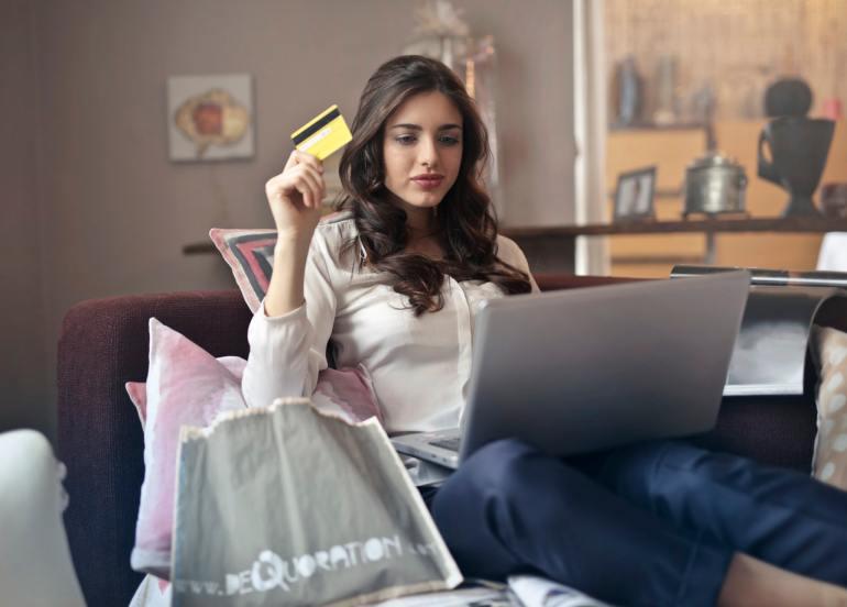 Mulher sentada fazendo compras online