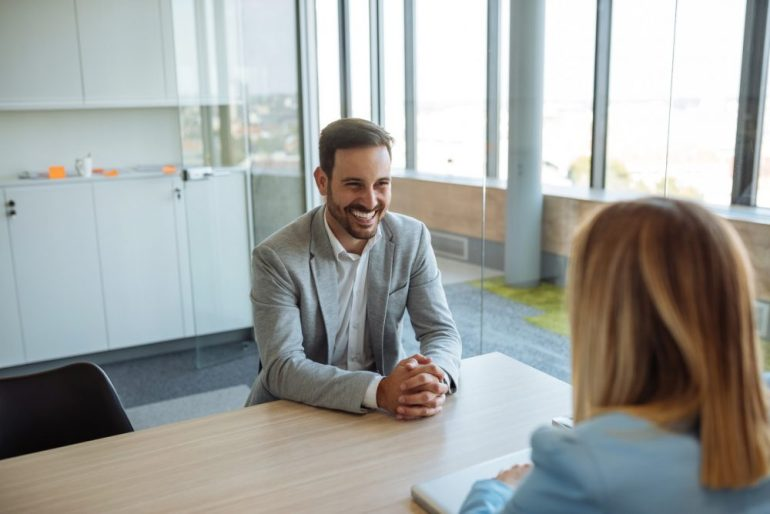Cliente promotor e consultora conversando.