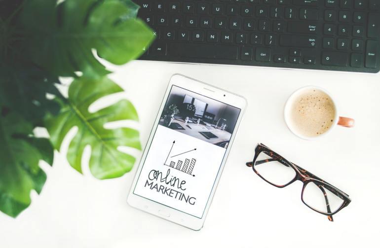Celular escrito na tela online marketing e indicadores comerciais subindo