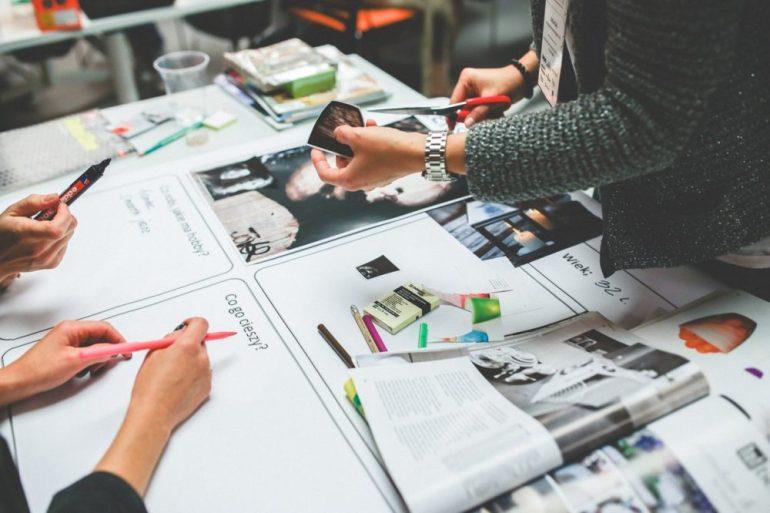 Pessoas arquitetando layout de site