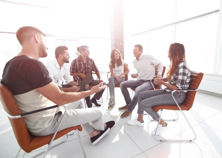 equipe conversando em atividade de team building