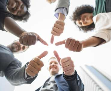 colegas de trabalho felizes por fidelizar clientes
