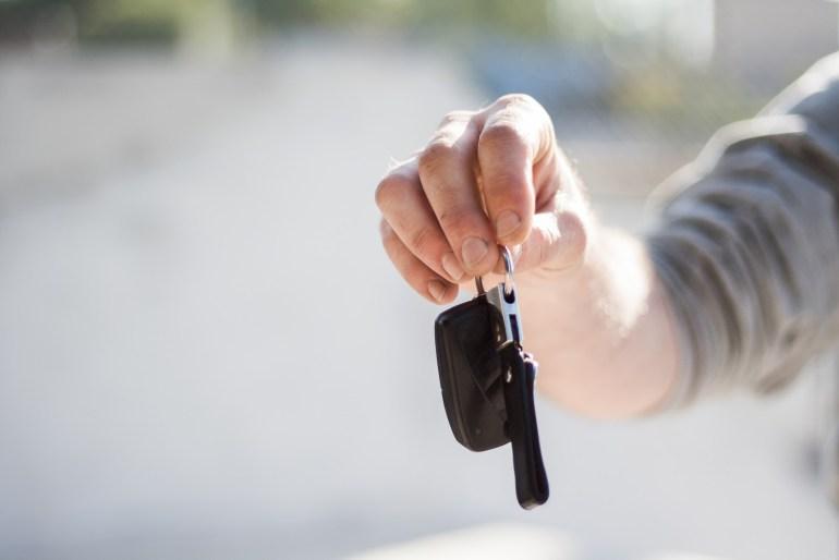 Vendedor entregando chaves do carro novo