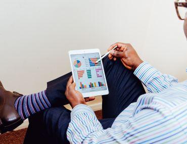 Empresário analisando dados da pesquisa de satisfação para o mercado automotivo