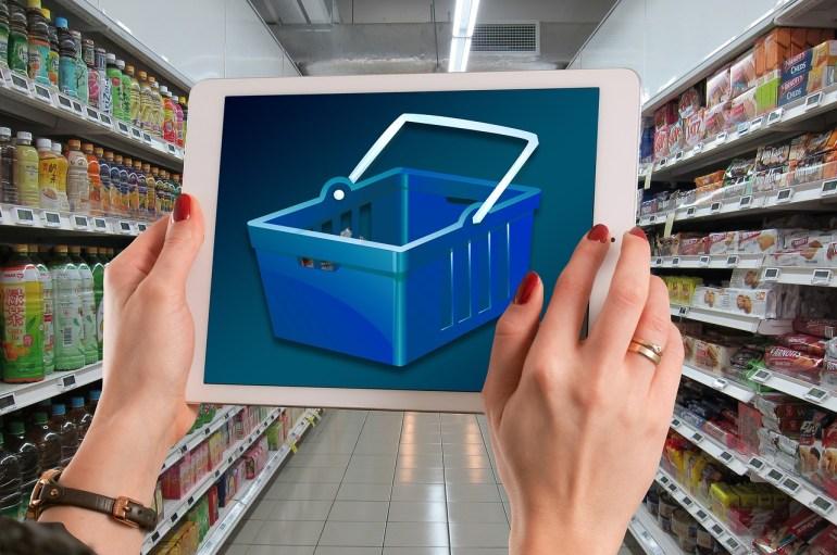 mulher conferindo a loja virtual estando na física
