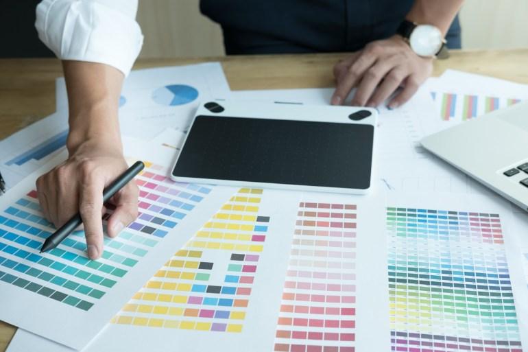 Pessoa analisando cores para criar a pesquisa de satisfação