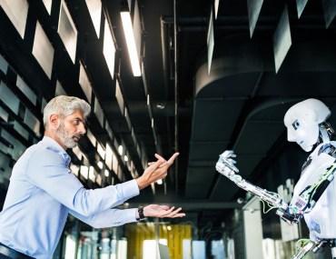 homem interagindo com um robô